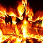 Hout branden in de open haard
