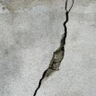 Hoe kan ik scheuren in een muur of plafond herstellen?