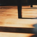 Hoe kan ik mijn ongelijke vloer vlak maken?