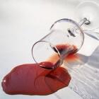 Rode wijnvlekken verwijderen op diverse manieren