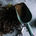 Zo maak je zelf milieuvriendelijkere potgrond