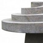 Tuintafel van natuursteen; een blikvanger op uw terras