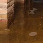 Water onder de vloer, in kruipruimte van huis