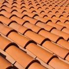 Afgewaaide dakpannen na een storm, wat te doen?